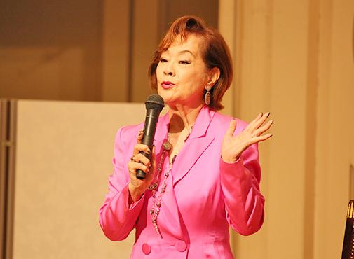 ピンクのスーツの芳村真理